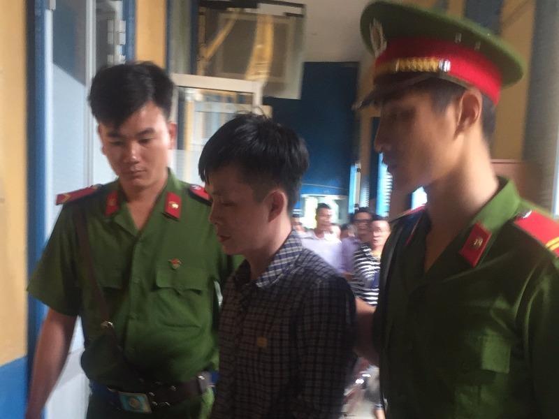 Bị cáo Hoàng được dẫn giải về trại sau phiên xử