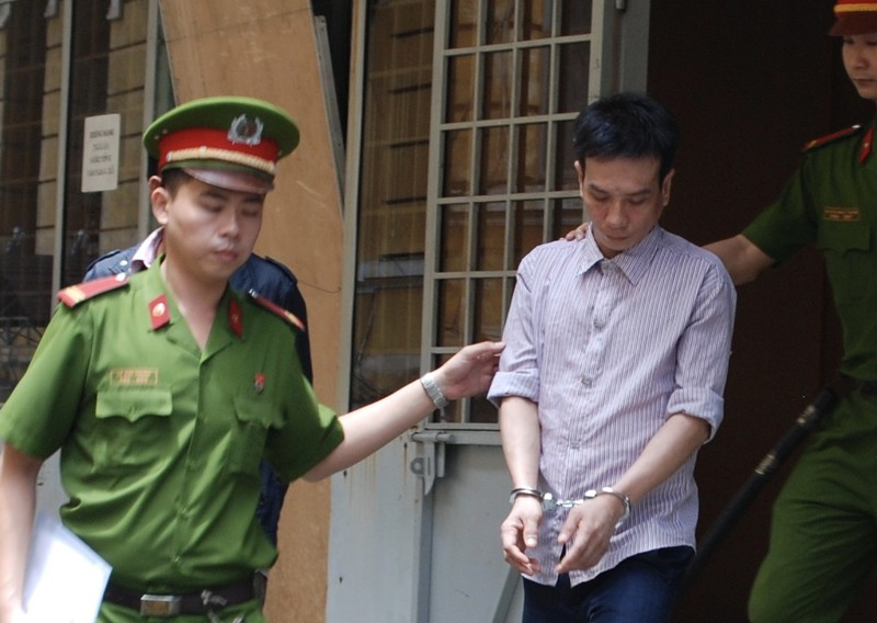 Bị cáo Bình được dẫn giải về trại sau phiên xử