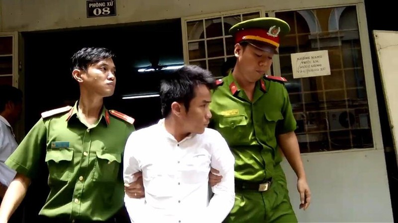 Bị cáo Khoa được dẫn giải về trại giam sau quyết định của toà