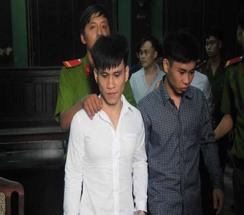 Hai anh em Bảo và Vy được dẫn giai về trại giam sau phiên xử