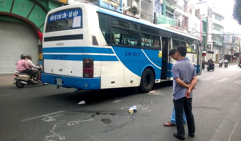 Ngồi tránh nắng, một phụ nữ bị xe buýt cán qua người - ảnh 1