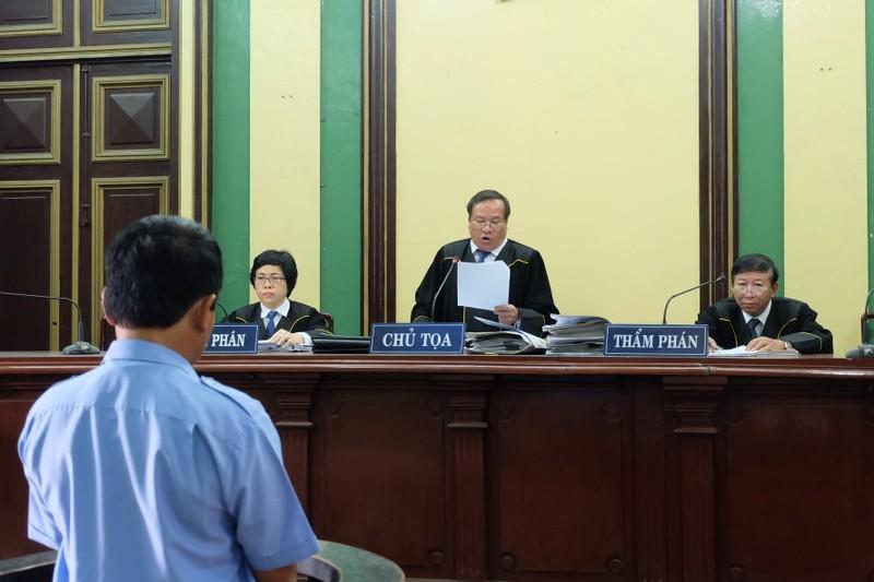 TP.HCM: Thẩm phán mặc áo thụng khi xét xử - ảnh 1