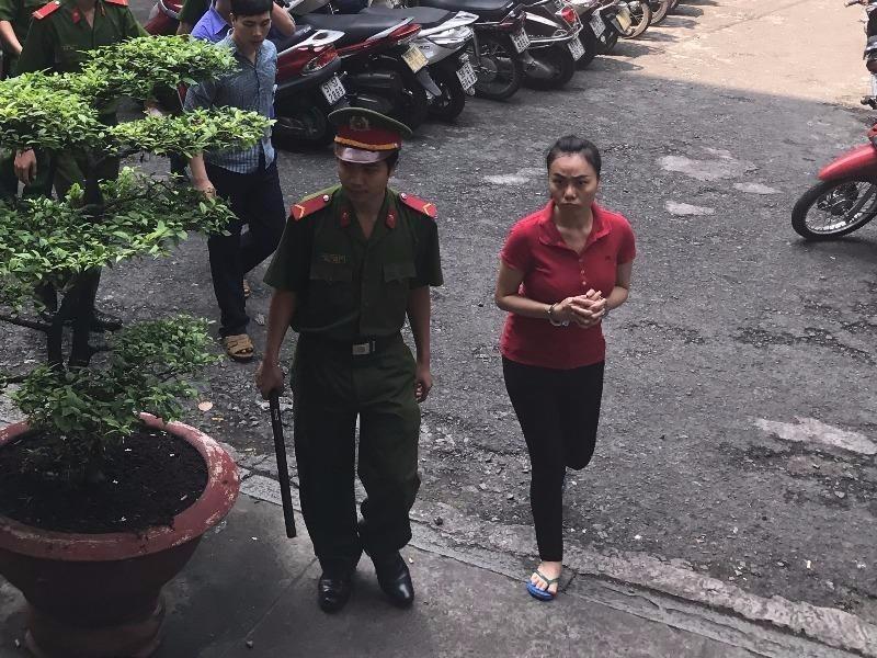 Bị cáo Ly bị dẫn giải về trại sau phiên toà