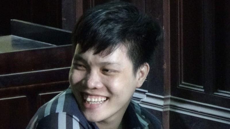 Bị kết án 14 năm tù nhưng bị cáo Thiêng vẫn cười tươi.