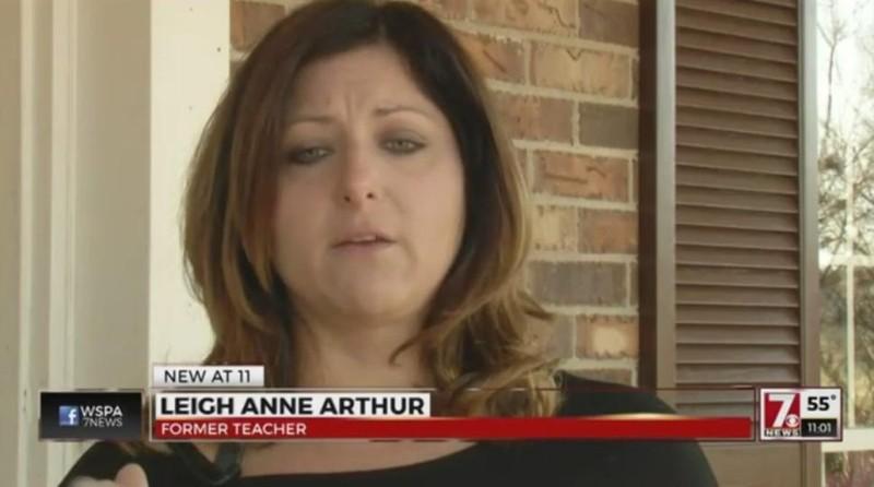 Cô giáo mất việc vì lưu ảnh nhạy cảm trong điện thoại - ảnh 1