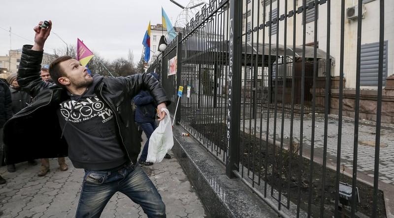 Dân Ukraine tấn công đại sứ quán Nga tại Kiev - ảnh 2