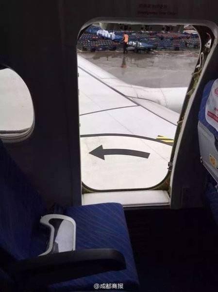 """Mở cửa thoát hiểm máy bay """"hít thở không khí trong lành"""" - ảnh 2"""
