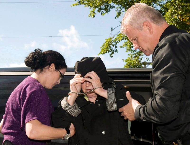 Góa phụ áo đen tái xuất ở Canada gây phẫn nộ - ảnh 3