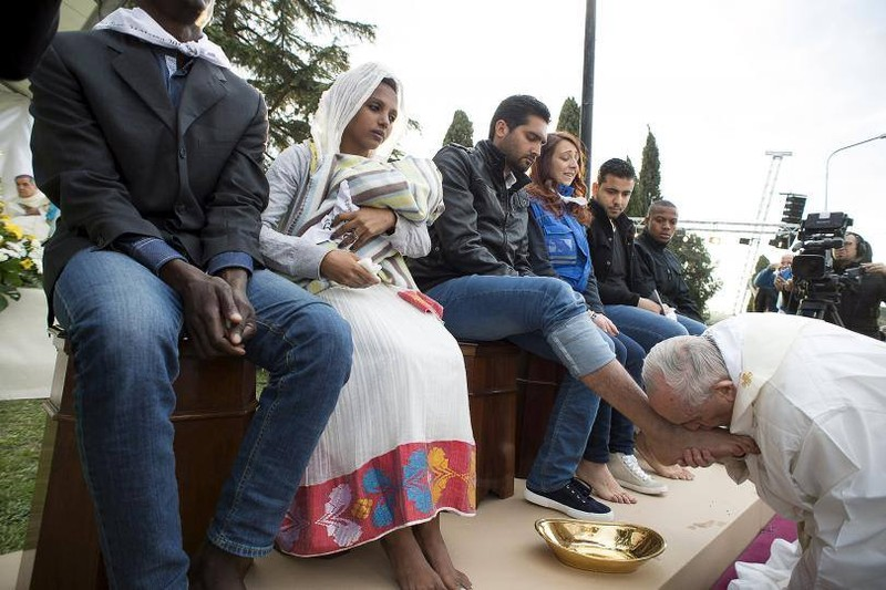 Xúc động cảnh Giáo hoàng Francis hôn chân người tị nạn Hồi giáo - ảnh 1