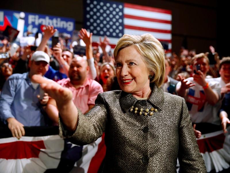 Thắng lớn, ông Trump và bà Clinton đến gần đề cử của đảng - ảnh 2