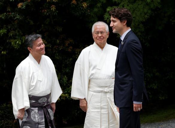 Tổng thống Obama đi thăm đền và tham gia trồng cây ở Nhật - ảnh 4
