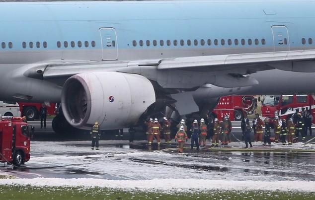 Máy bay chở 319 người bắt lửa ngay trước khi cất cánh - ảnh 1