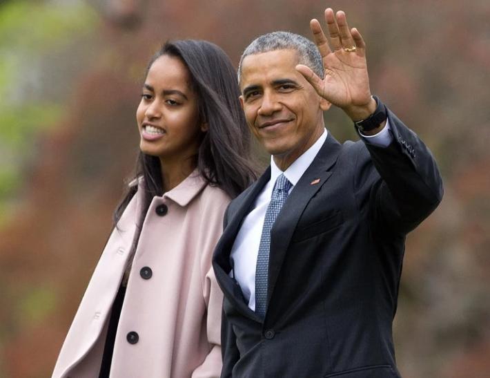 Tổng thống Obama 'đời thường' trong lễ tốt nghiệp của con gái rượu - ảnh 2