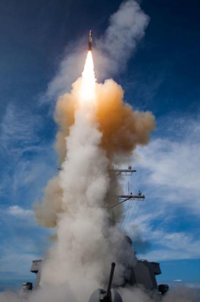 Tên lửa dẫn đường SM-2 được phóng từ tàu khu trục USS John Paul Jones tháng 11-2014.