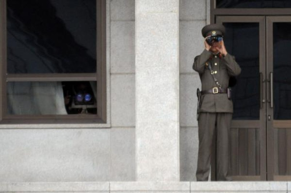 Lính Triều Tiên canh gác ở khu vực phi quân sự Bàn Môn Điếm.