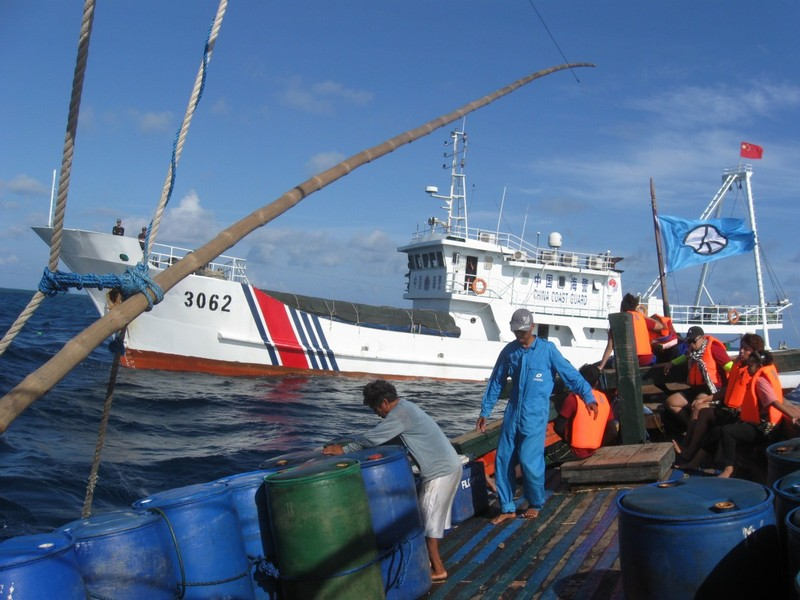 Tàu hải cảnh Trung Quốc gần một tàu đánh cá của Philippines trên vùng biển bãi cạn Scarborough trong ngày độc lập của Philippines 12-6.