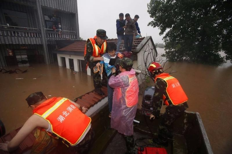 Cứu hộ người dân kẹt lụt ở tỉnh Hồ Bắc (Trung Quốc).
