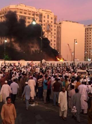 Người Hồi giáo tụ tập sau vụ đánh bom tự sát ở TP Medina (Saudi Arabia) ngày 4-7.