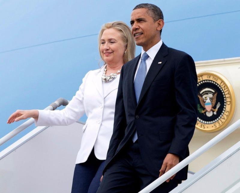 Tổng thống Obama và Ngoại trưởng Clinton tại sân bay Yangon trong chuyến thăm Myanmar ngày 19-11-2012.