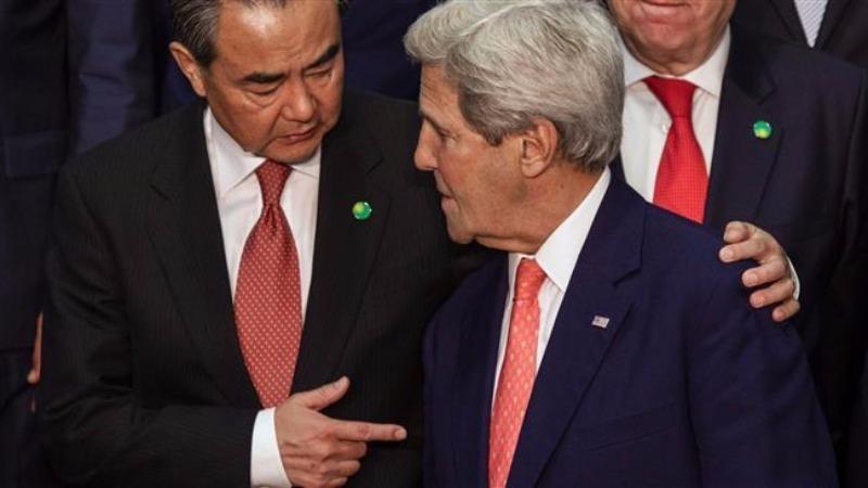 Bộ trưởng Ngoại giao Trung Quốc Vương Nghị (trái) và Ngoại trưởng Mỹ John Kerry gặp nhau tại Pháp ngày 3-6.