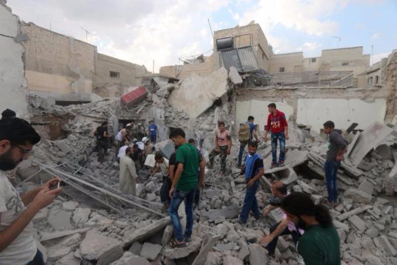 Tìm kiếm người sống sót sau một trận không kích ở TP Allepo ngày 8-7.