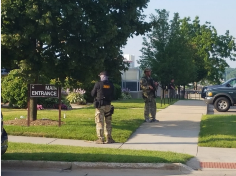 Cảnh sát canh gác bên ngoài tòa án hạt Berrien (bang Michigan, Mỹ) sau vụ xả súng.