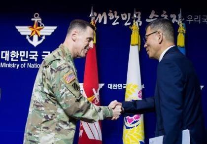Thứ trưởng Quốc phòng Yoo Jeh-seung (phải) và Tư lệnh quân đội Mỹ tại Hàn Quốc Thomas Vandal