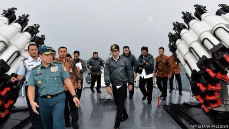 Tổng thống Indonesia Joko Widodo và thành viên nội các thăm quần đảo Natuna cuối tháng 6-2016.