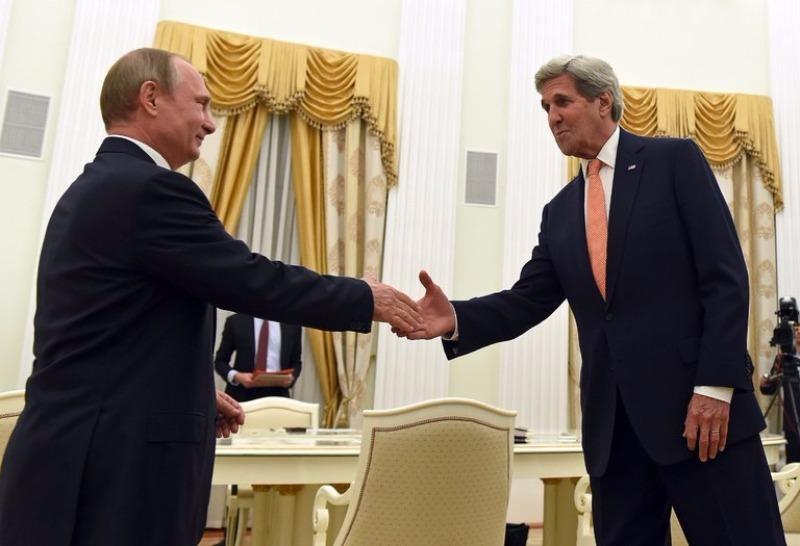 Tổng thống Putin (trái) gặp Ngoại trưởng Kerry tại Moscow tối 14-7.