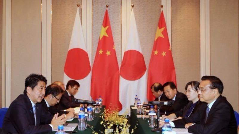 Hai phái đoàn Nhật (trái) và Trung Quốc gặp nhau tại Mông Cổ ngày 15-7.