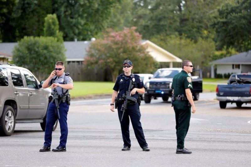 Cảnh sát canh gác hiện trường xả súng.
