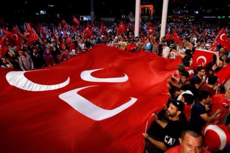 Người ủng hộ Tổng thống Erdogan xuống đường ở Ankara ngày 20-7.