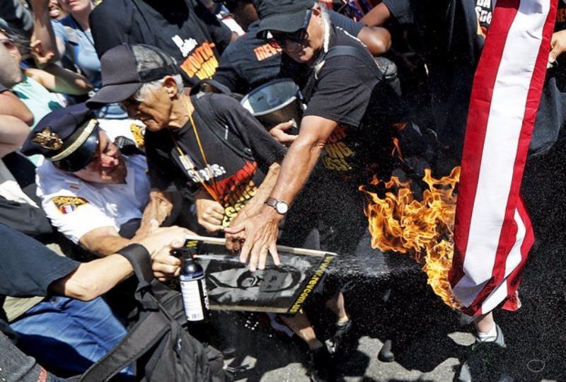 Cảnh sát ngăn người biểu tình đốt cờ Mỹ bên ngoài địa điểm đại hội đảng Cộng hòa ngày 20-7.
