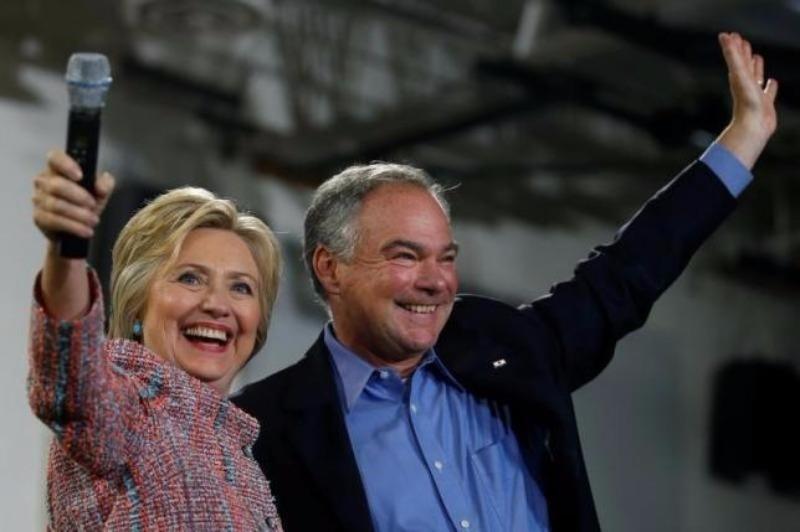 Bà Hillary Clinton và phó tướng Tim Kaine.