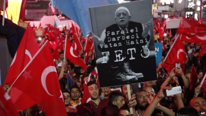Người ủng hộ Tổng thống Erdogan biểu tình đòi Mỹ dẫn độ Giáo sĩ Fethullah Gulen.