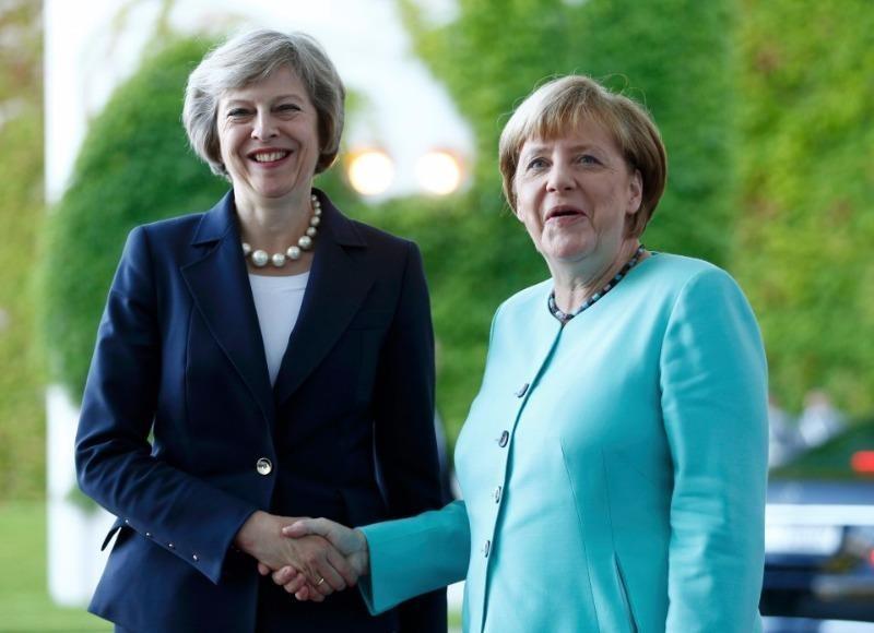Thủ tướng Đức Angela Merkel (phải) tiếp Thủ tướng Anh Theresa May tại Berlin (Đức) ngày 20-7.