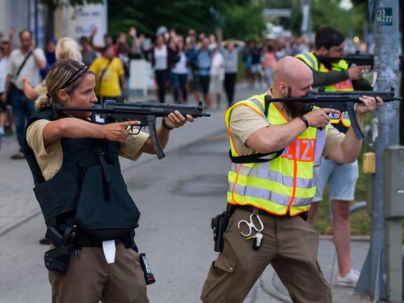 Cảnh sát canh gác hiện trường và truy tìm hung thủ xả súng.