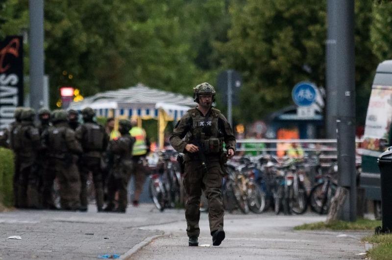 Cảnh sát tuần tra bên ngoài trung tâm thương mại Olympia sau vụ xả súng ngày 22-7.
