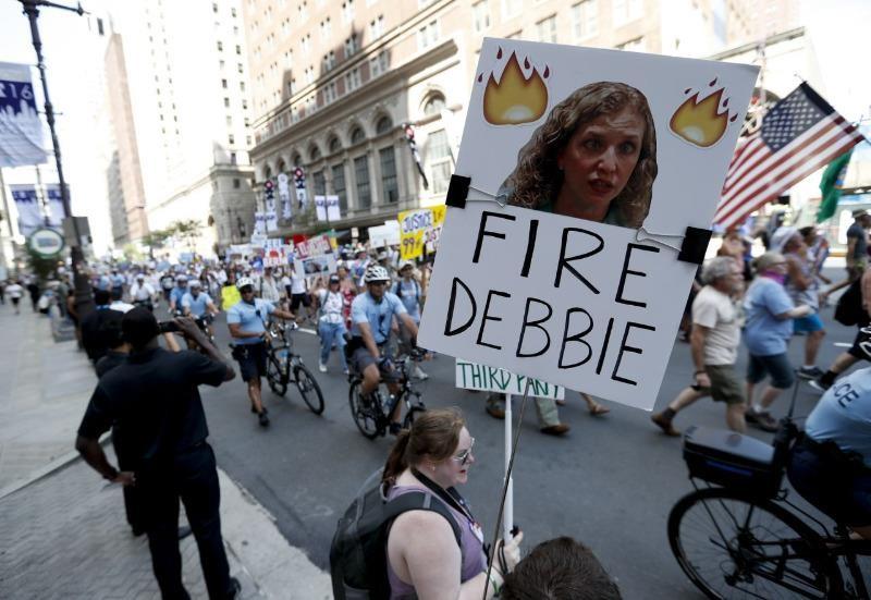 Người ủng hộ ông Bernie Sanders xuống đường ở Philadelphia với biểu ngữ yêu cầu Chủ tịch đảng Dân chủ Debbie Wasserman Schultz từ chức