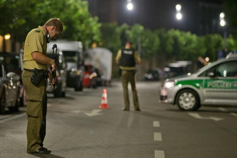 Cảnh sát canh gác, điều tra bên ngoài quán rượu xảy ra nổ bom ở Ansbach.