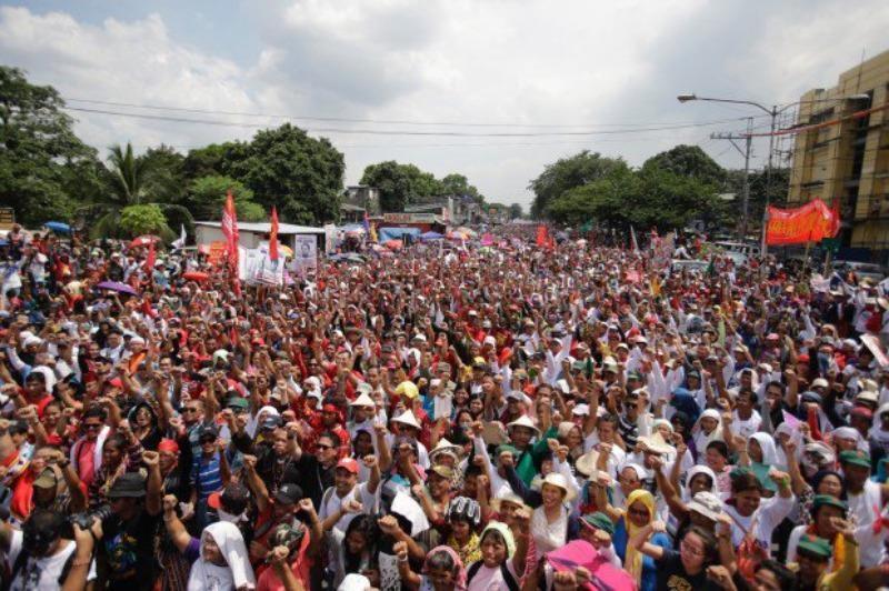 Người dân Philippines đón chờ thông điệp nhà nước của Tổng thống Rodrigo Duterte bên ngoài trụ sở Quốc hội ở Manila (Philippines) ngày 25-7