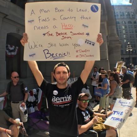 Người ủng hộ Bernie Sanders biểu tình bên ngoài nơi diễn ra đại hội đảng Dân chủ tại Philadelphia (Mỹ) ngày 25-7.