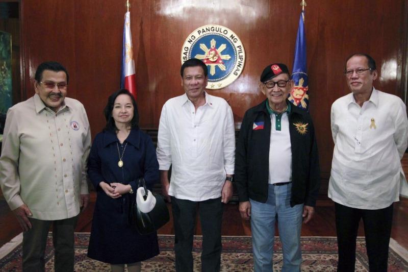 Từ trái qua: Joseph E. Estrada, Gloria Macapagal-Arroyo, Rodrigo R. Duterte, Fidel V. Ramos, Benigno S. Aquino III.