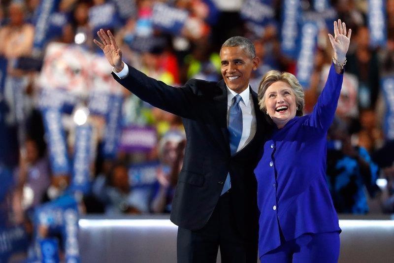 Tổng thống Obama và bà Clinton trên sân khấu đại hội tối 27-7.