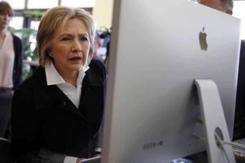 Bà Clinton sử dụng máy tính trong một sự kiện tranh cử ở Michigan (Mỹ) ngày 7-3.