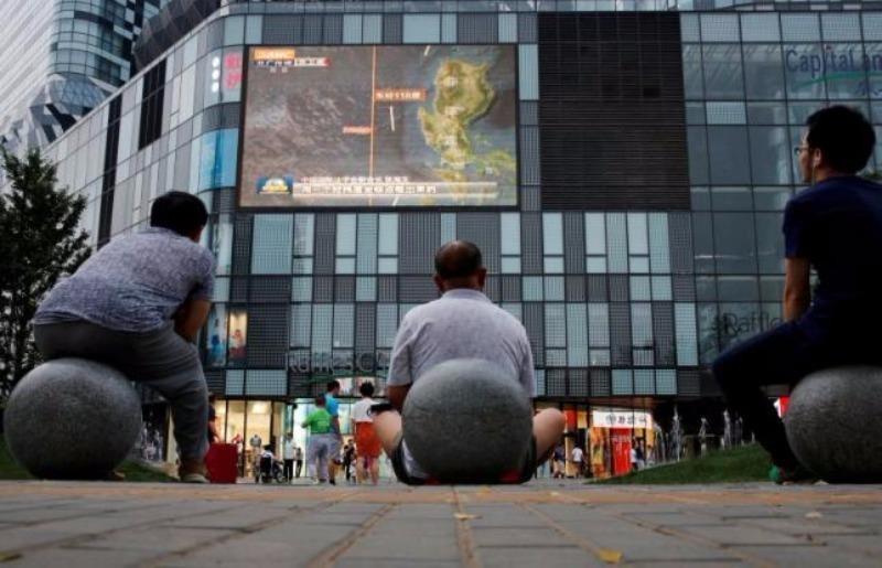 Dân Trung Quốc theo dõi thông tin về biển Đông qua truyền hình công cộng ở Bắc Kinh giữa tháng 7.
