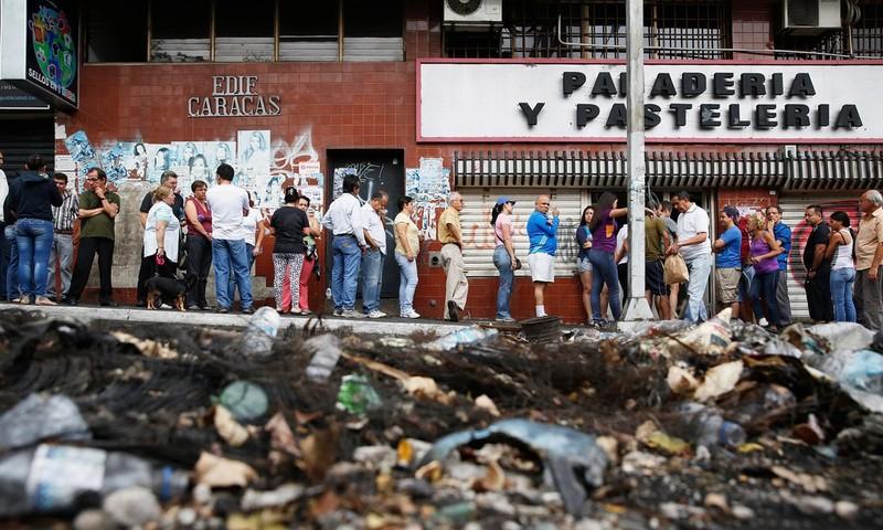Người dân Venezuela xếp hàng chờ mua bánh mì ở San Cristóbal năm 2014.