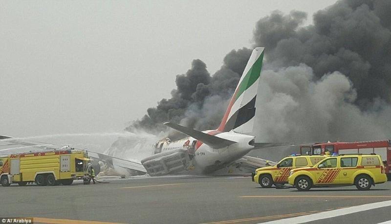Hình ảnh từ đoạn phim nghiệp dư cho thấy khói bốc lên từ chiếc Boeing 777-300 của hãng Emirates Airlines trên sân bay quốc tế Dubai ngày 3-8.