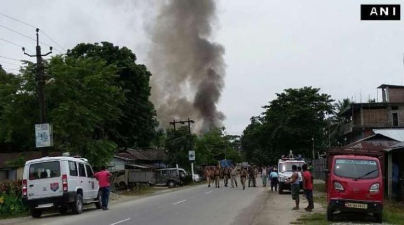 Khói bốc lên gần hiện trường vụ xả súng ở bang Assam, Ấn Độ.