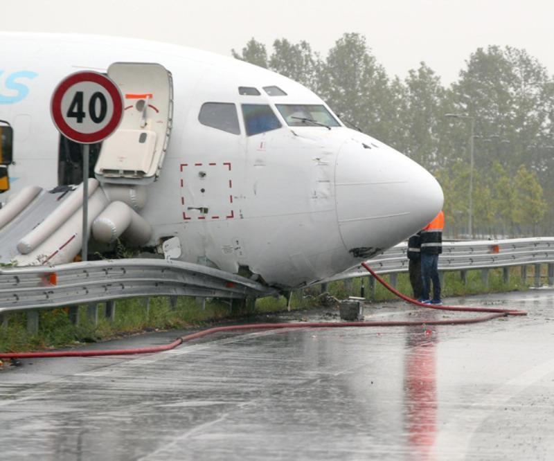 Máy bay tuôn luôn hàng rào sân bay chạy ra gác mũi lên đường bộ.